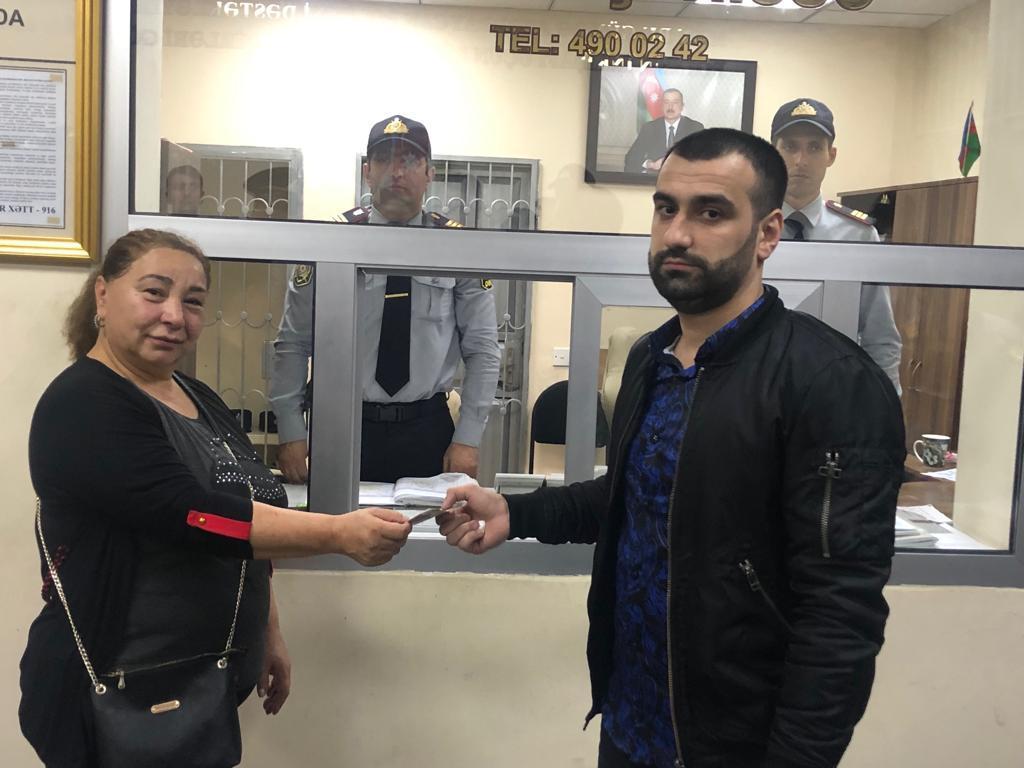 Bakı metrosunda sərnişin 400 manat pul tapıb – FOTO