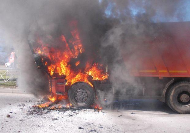 Bakıda yük avtomobili yandı