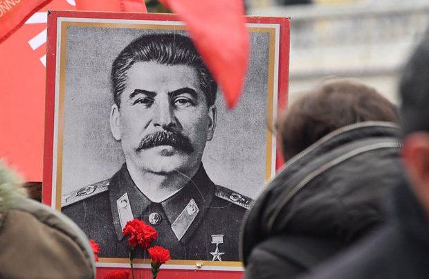 Stalinin portretini divardan asmaq istəyirdi, yıxılıb öldü