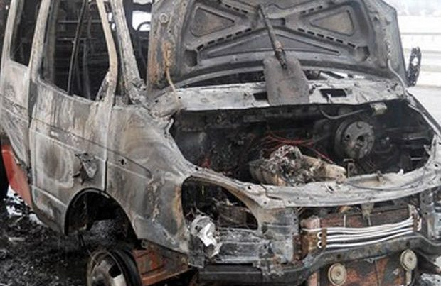 """Paytaxtda """"QAZel"""" yol kənarındakı maneəyə çırpıldı"""