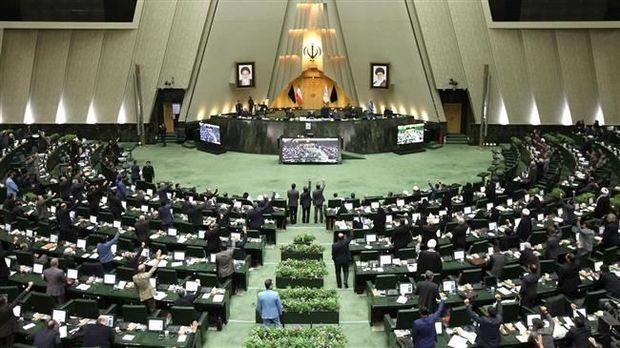 İranda yeni parlamentin deputatları koronavirusa yoluxdular