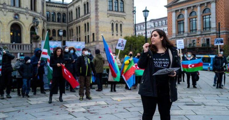 Osloda yaşayan azərbaycanlılar Parlament binası qarşısında etiraz aksiyası keçirib