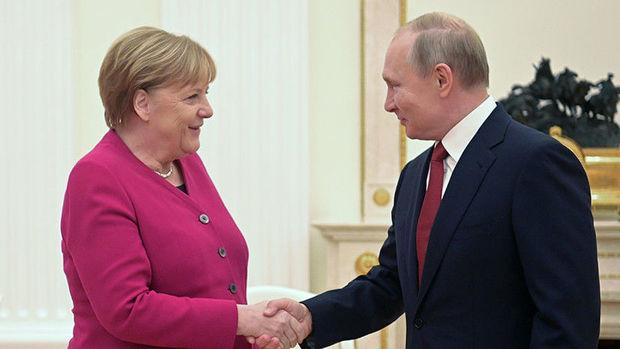 Putin və Merkel COVID-19-a qarşı birgə peyvənd istehsalını müzakirə etdilər