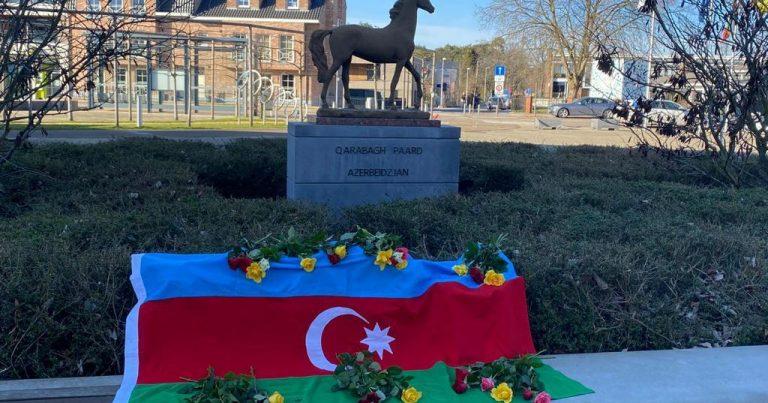 Qarabağ atı abidəsinin önündə Xocalı soyqırımının qurbanları yad edilib