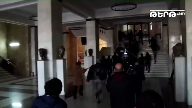 İrəvan Dövlət Universitetinin binasına basqın olub – VİDEO