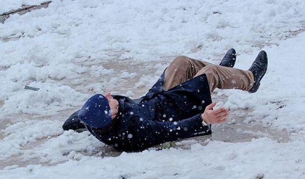 Bakıda buzlu yollarda yıxılan 20 nəfər xəstəxanaya yerləşdirilib – YENİLƏNİB