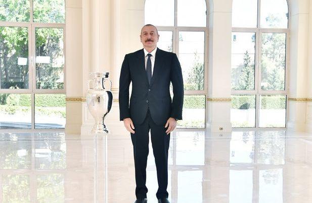AVRO-2020-nin kuboku İlham Əliyevə təqdim olundu – FOTO