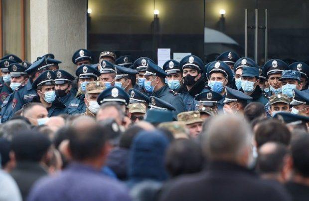 Ermənistanda etirazçılar Gümrü-Yerevan yolunu bağladılar