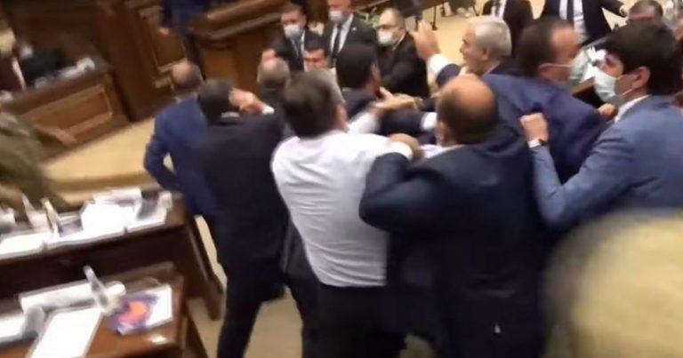 Ermənistan parlamentində yenə dava düşüb, deputatlar bir-birlərinə butulka atıb